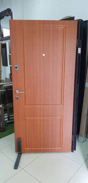 Входна блиндирана врата за апартамент – 133 златен дъб