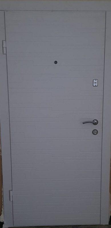 Входна блиндирана врата за апартамент – 132 бял