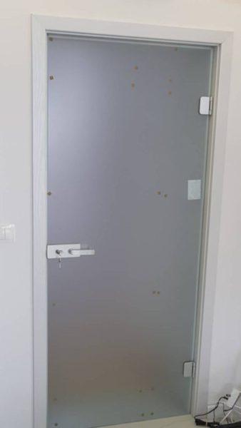 Стъклена врата с дървена каса (по поръчка)